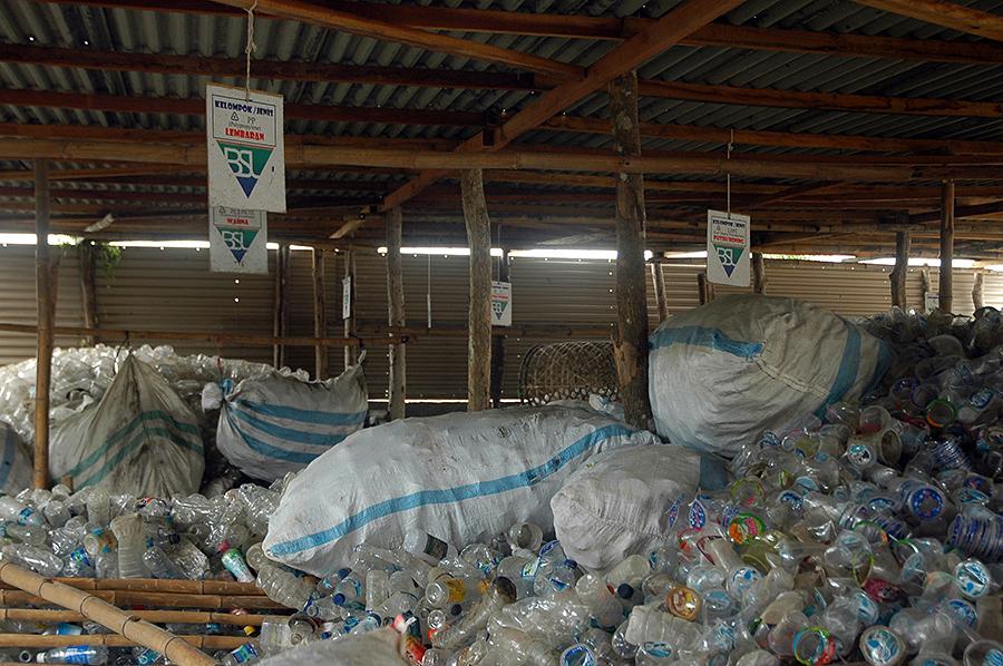 Tempat penampungan botol plastik. Yang sudah dikarungkan artinya siap untuk disalurkan ke penadah