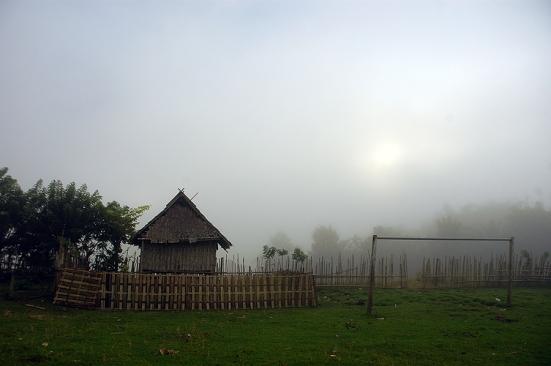 Kabut sore di desa Mantar.