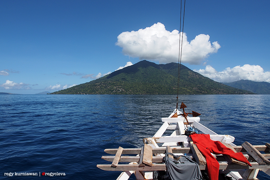 Pulau Pura yang terletak 45 menit dari Pulau Kepa adalah tempat tersebarnya puluhan titik penyelaman terbaik di Alor.