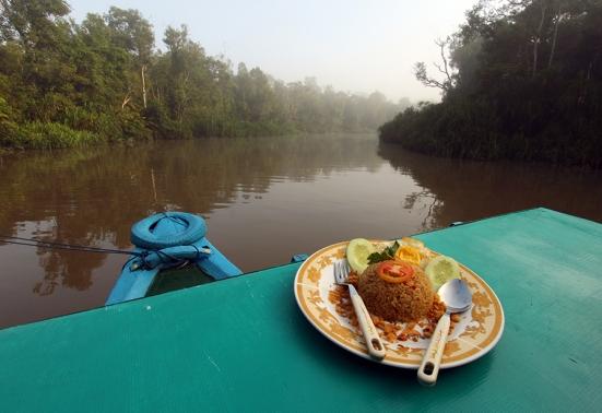 Sarapan pagi di atas kapal, di tengah sungai, dikelilingi hutan belantara dan ditemani Anaconda. Perfect.