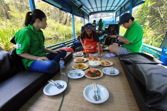 Makan siang menjelang tiba di Camp Leakey